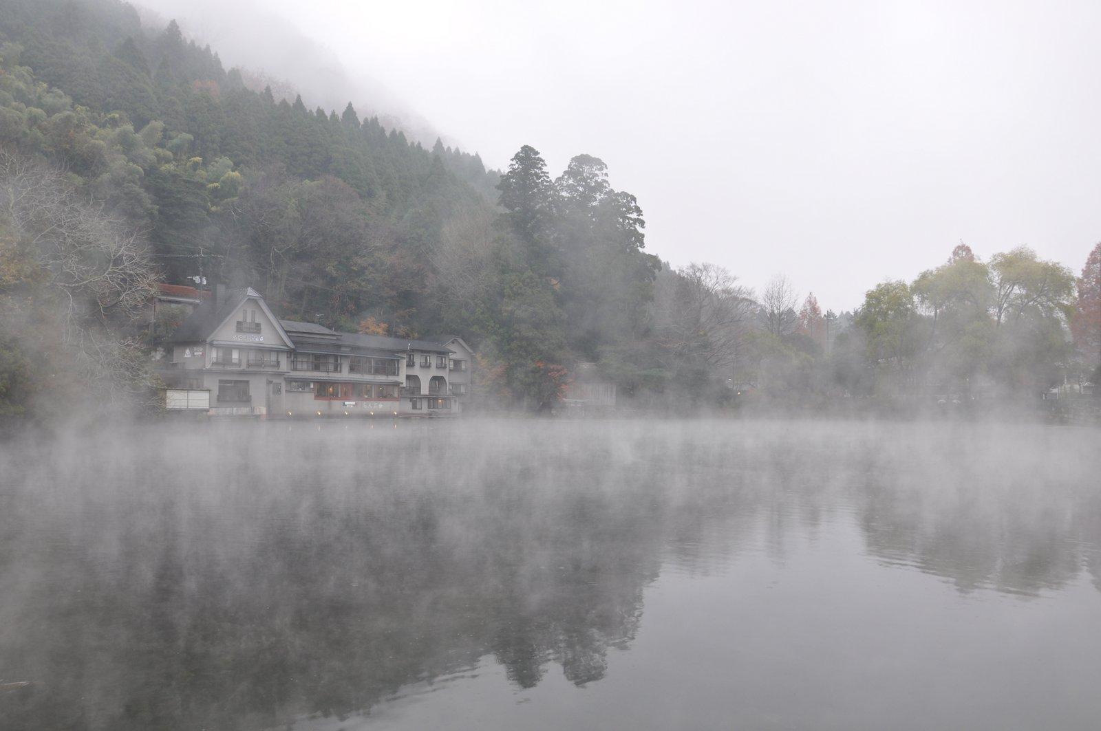Le lac Kinrin sous la brume à Yufuin sur l'île de Kyushu