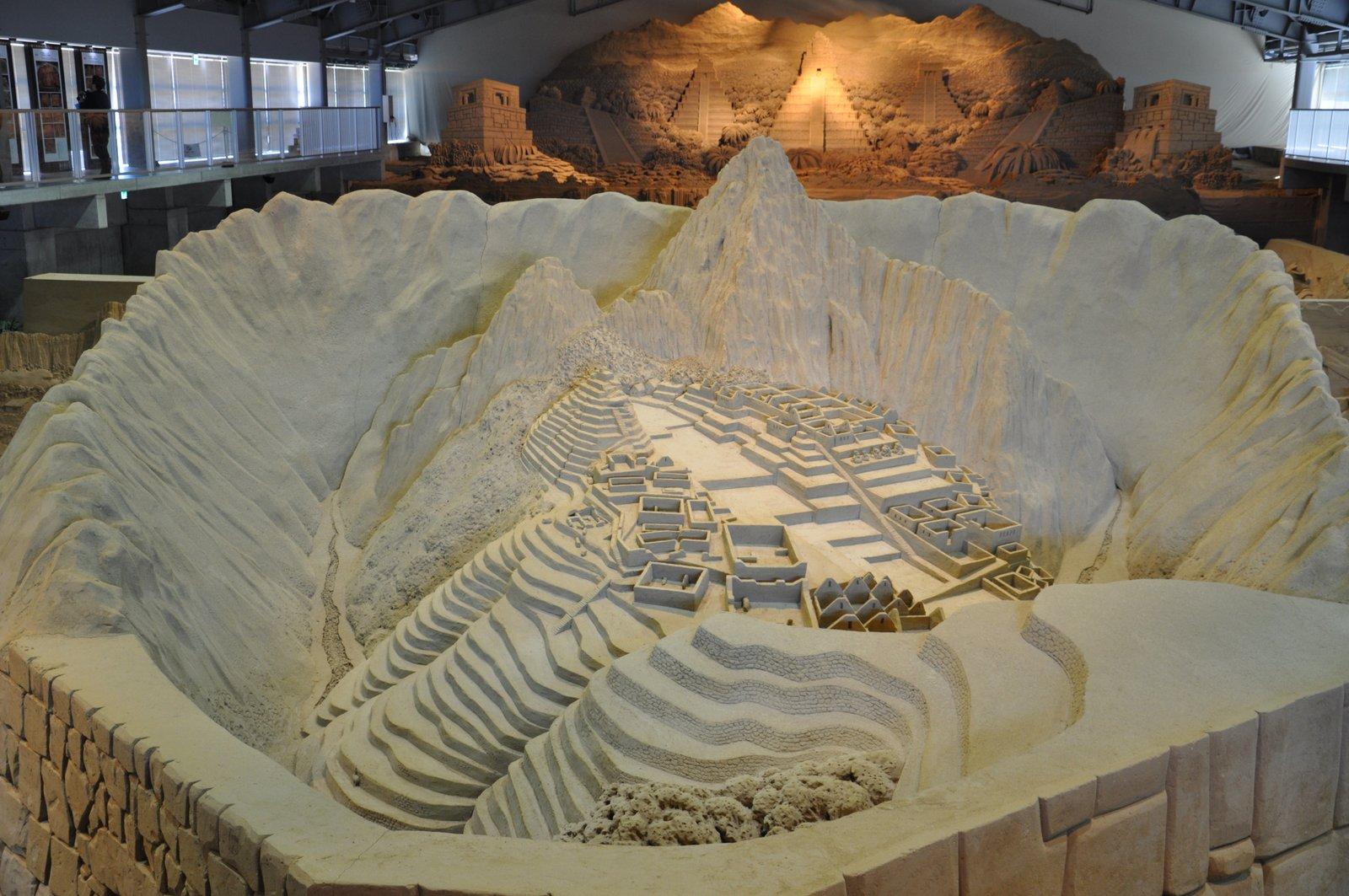 Sculpture représentant le Machu Picchu au musée du sable de Tottori