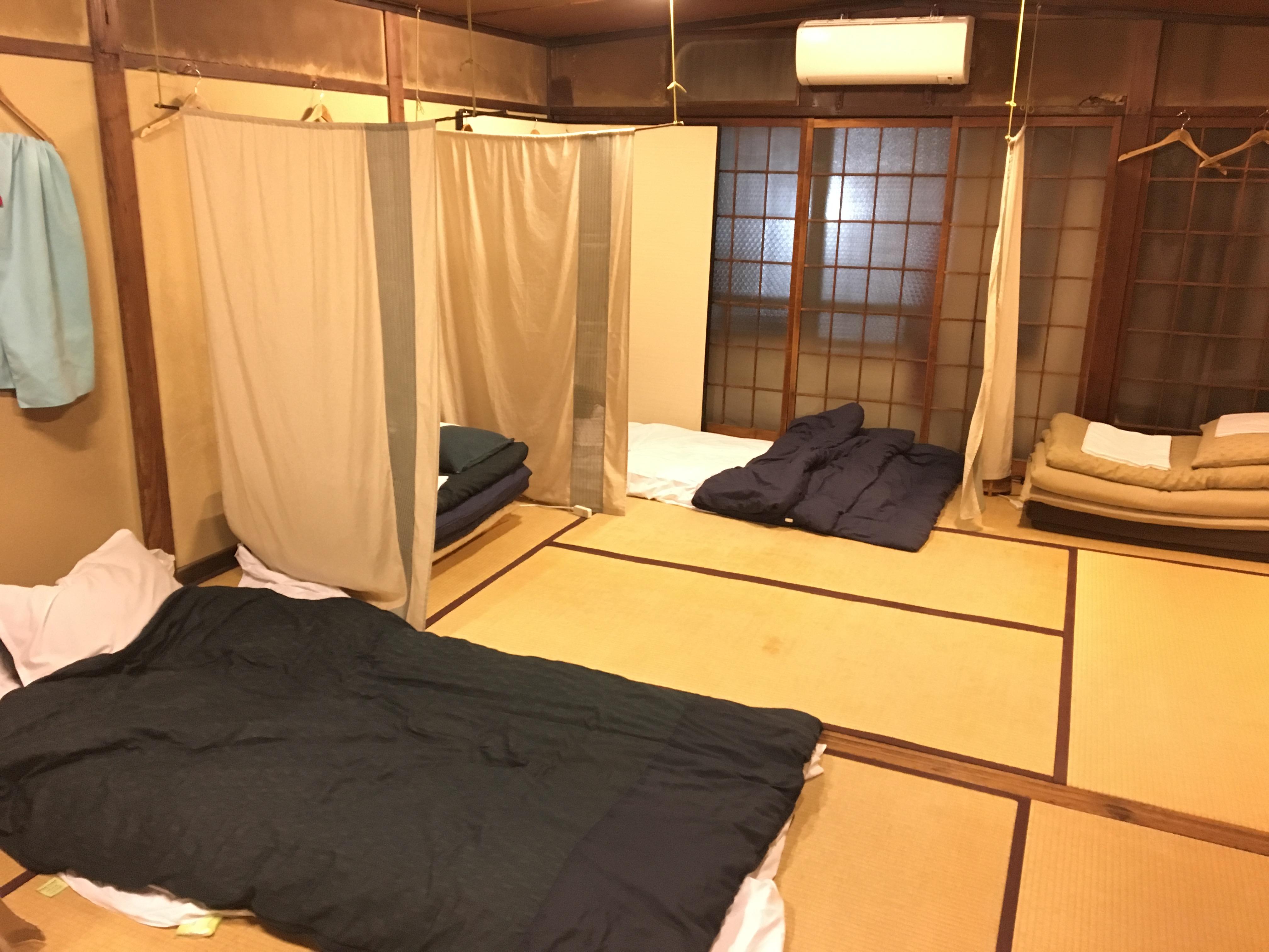 Un dortoir à la mode japonaise: futons et tatamis au lieu des lits superposés