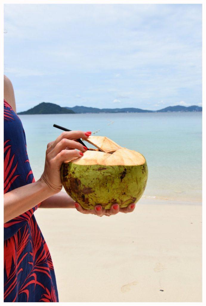 Une noix de coco bien fraîche pour se réhydrater en Malaisie