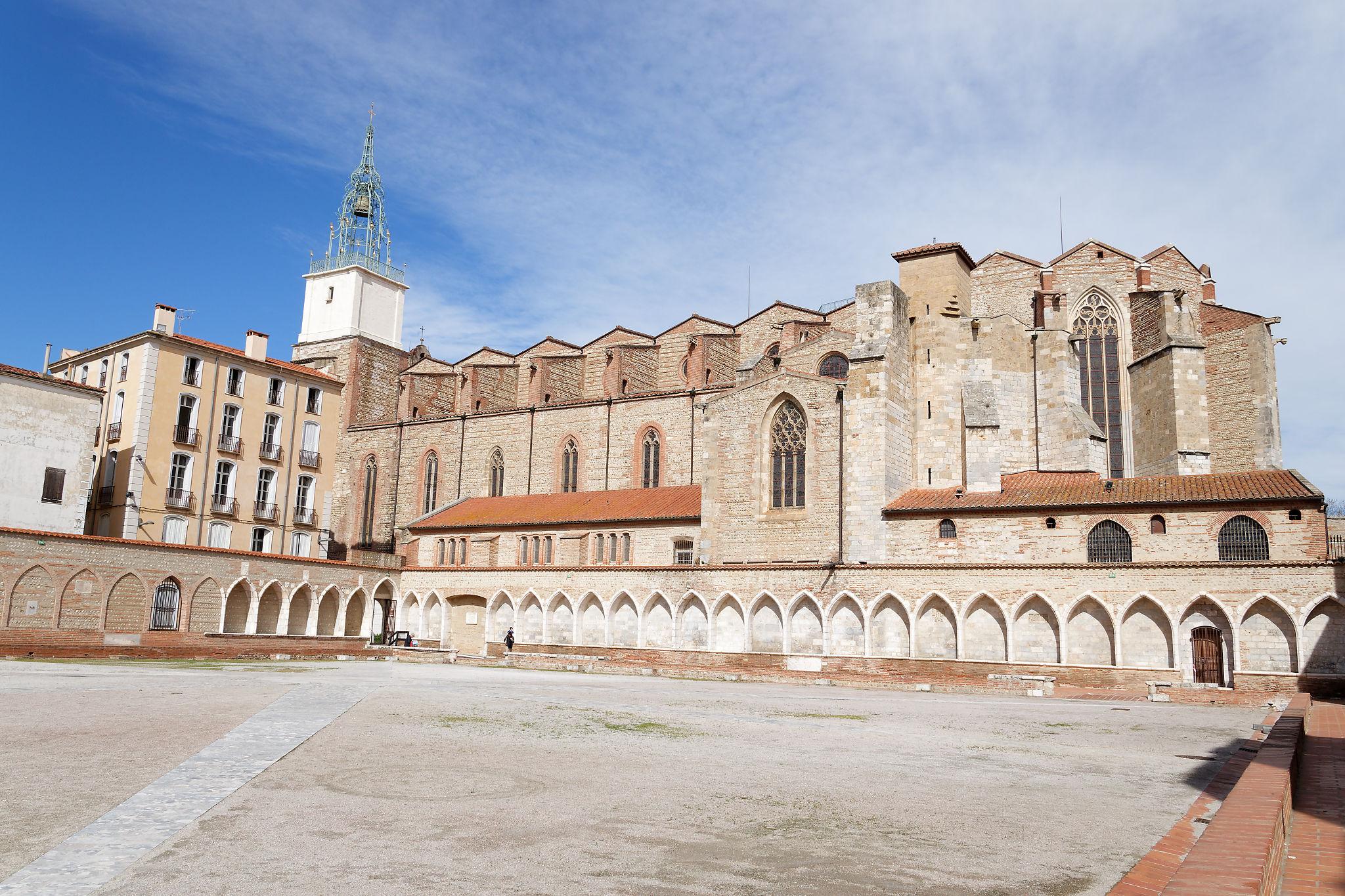 La cathédrale Saint-Jean-Baptiste vue du cloître du Campo Santo