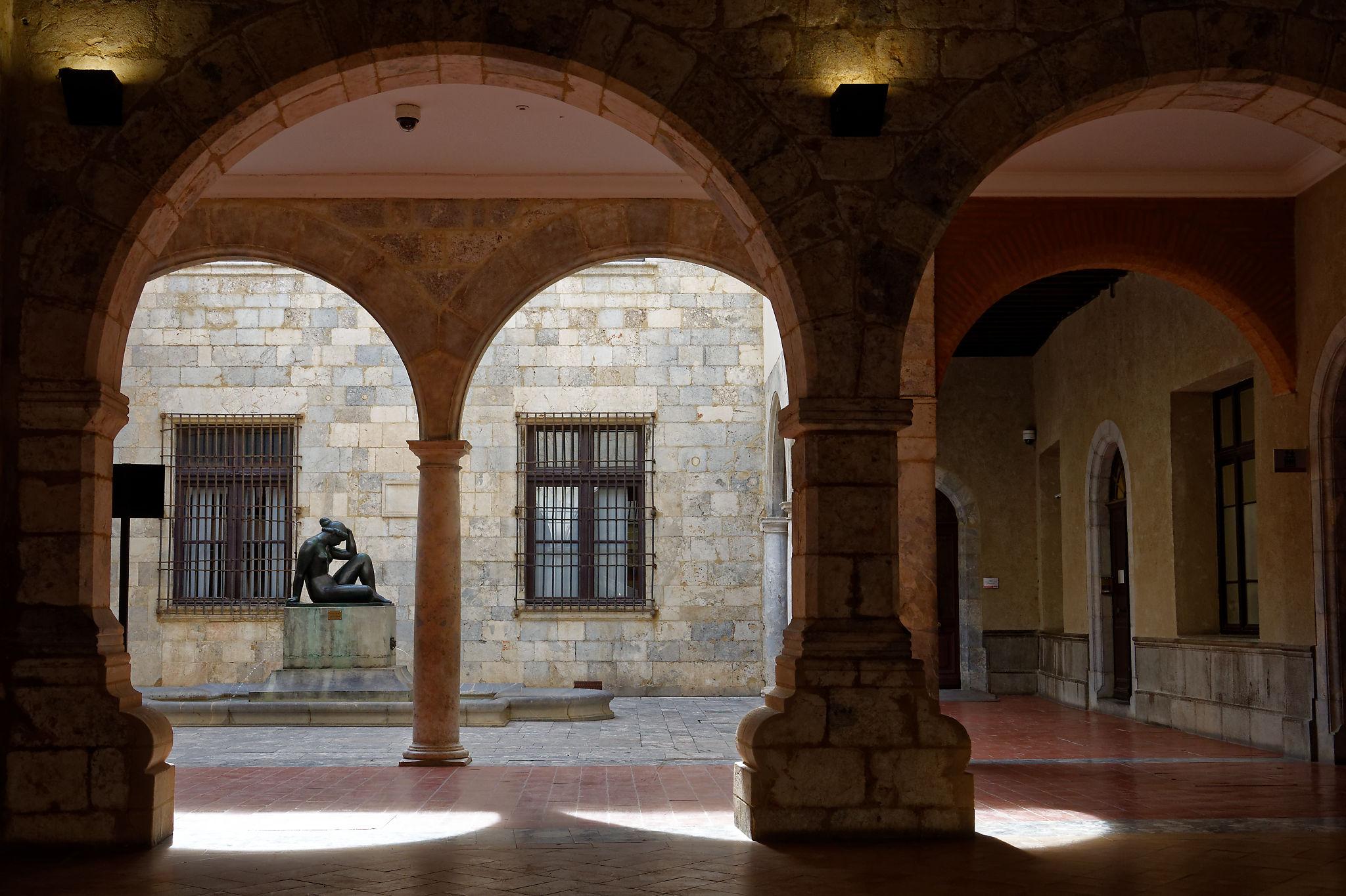 Le patio de l'Hôtel de Ville de Perpignan avec une sculpture de Maillol