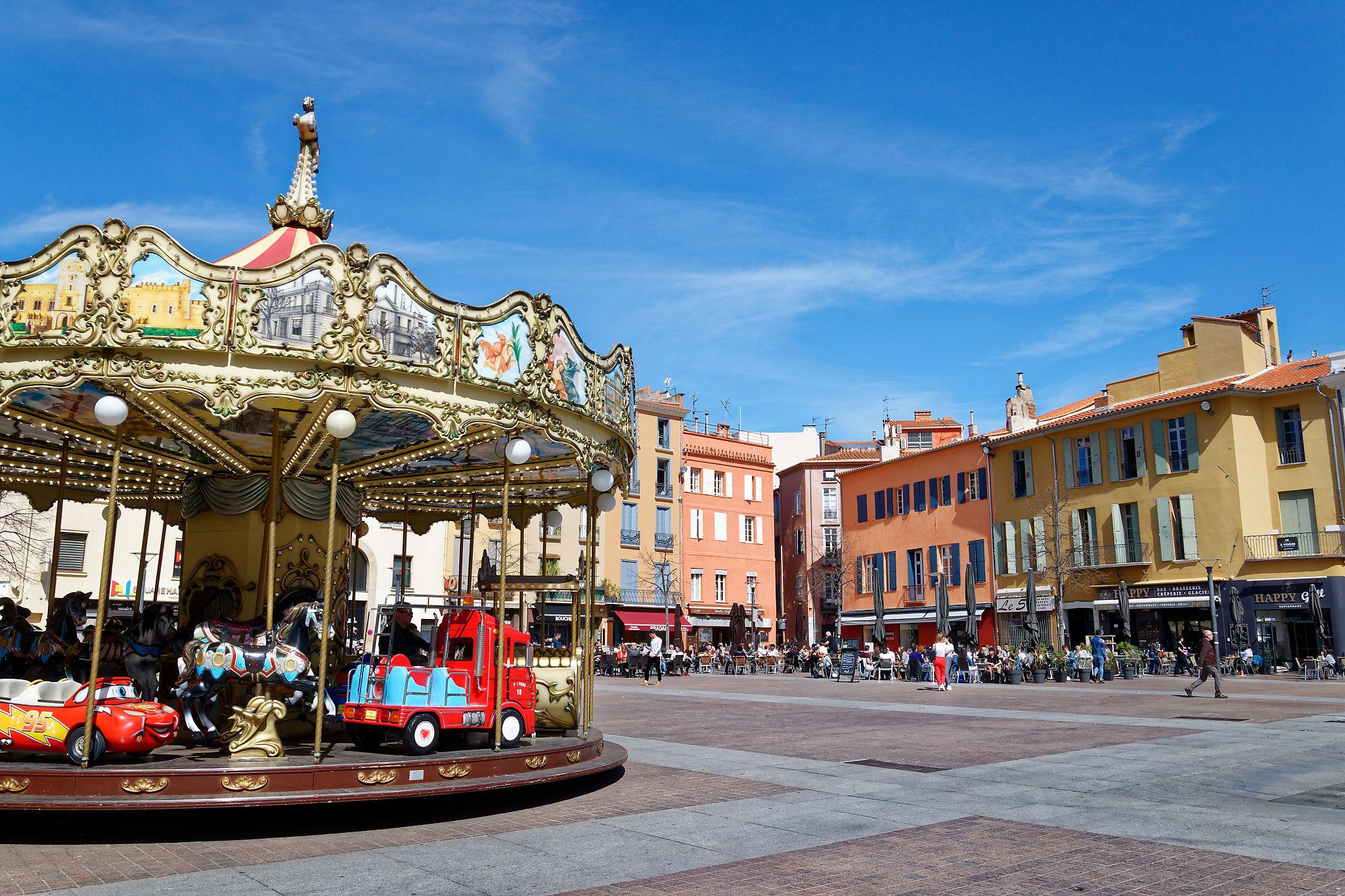 La très colorée place de la République à Perpignan