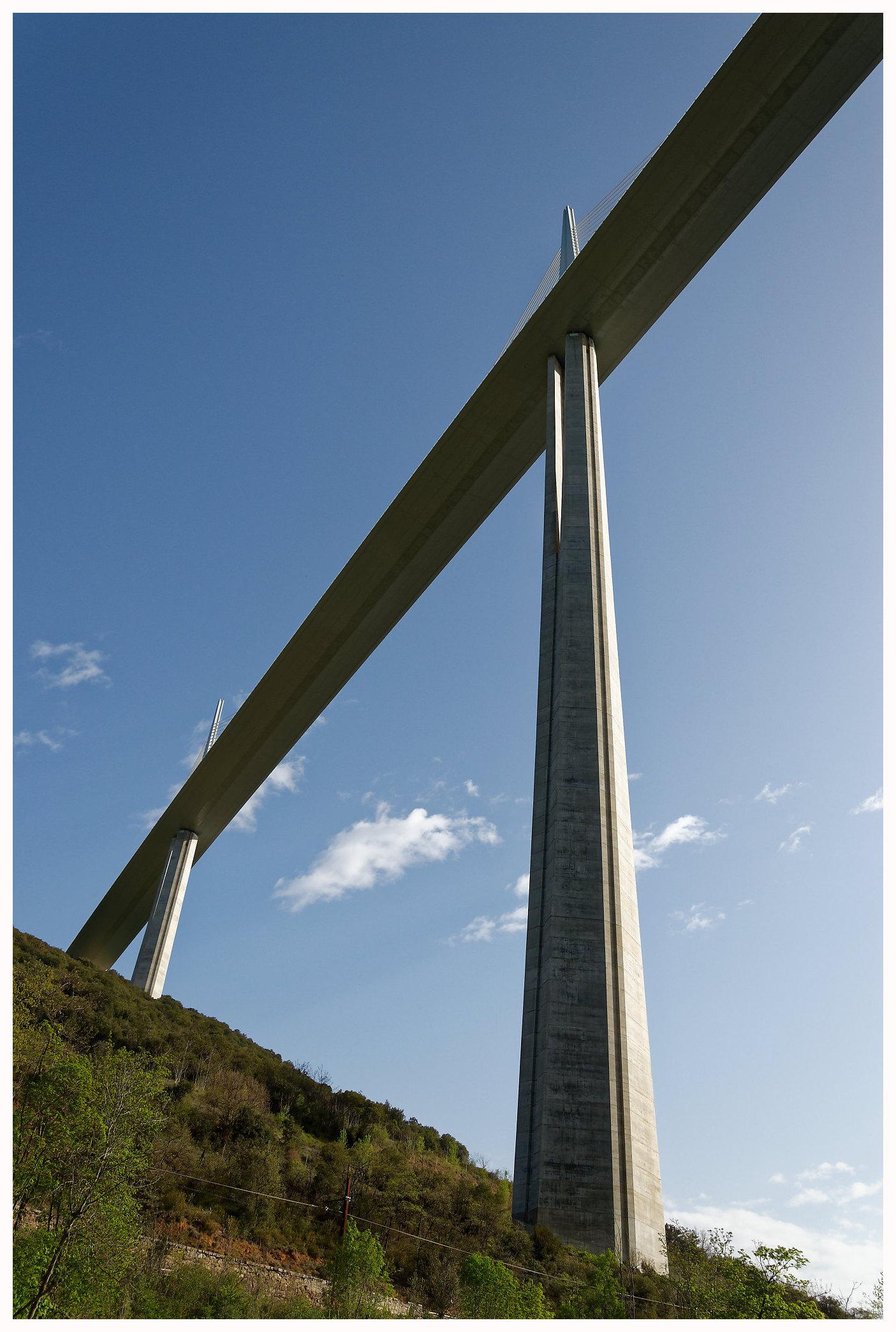 Le viaduc de Millau vu d'en dessous